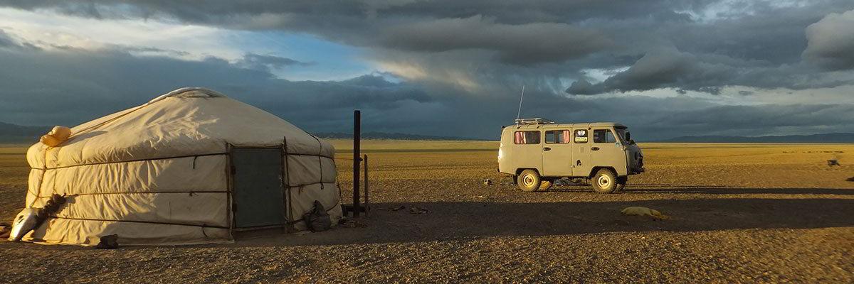 Steppenfuchs Reisen - Unser Bus vor einer Nomadenjurte